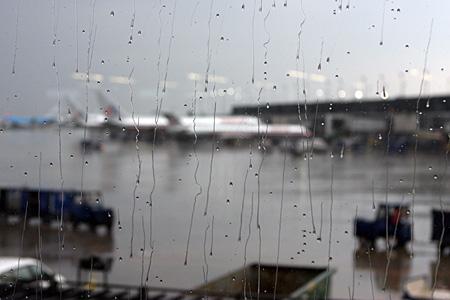 Regen über dem Flughafen Chicago